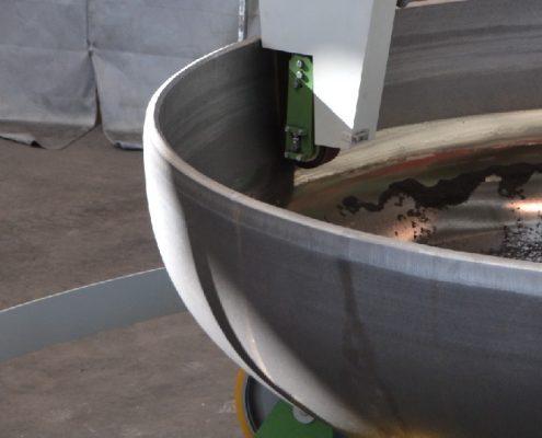 Bandschleifmaschine mit Drehvorrichtung zum Bearbeiten von Kesselböden (BöSM-5000) Bödenherstellung Apparate & Behälterbau Schweißnaht Vorbereitung
