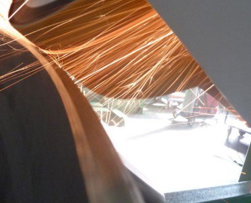 Bandschleifmaschine zum Bearbeiten von Kanten und Fasen an Kesselböden (KFSM-10000) Bödenherstellung Schweißnaht Vorbereitung