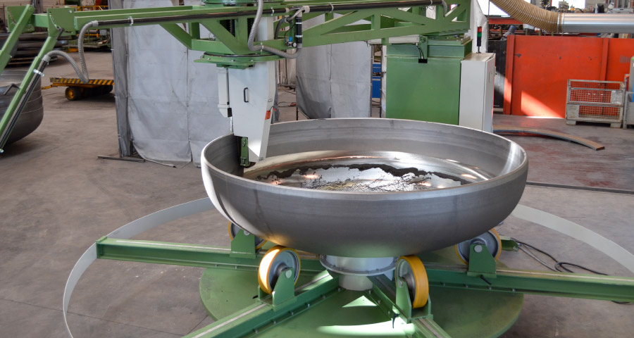 Bandschleifmaschine mit Drehvorrichtung zum Bearbeiten von Kesselböden (BöSM-5000) Bödenherstellung