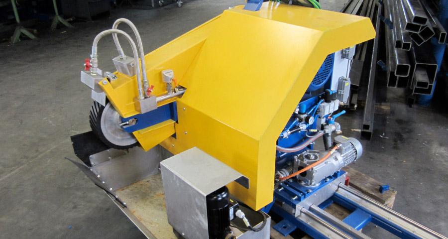 Mobiler Bandschleifkopf zum zum Bearbeiten von gepanzerten Walzen im Nassbetrieb (TSK-100x2500) Walzwerktechnik
