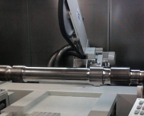 Bandschleifmaschine mit Getriebestütze und Zentrierspitzen zur Bearbeitung von Radsatzwellen (SLFBS - 4000) Schienen & Fahrzeugtechnik