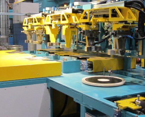 Bürstautomat für das vollautomatische Entgraten von Grifflöchern an Kopfringen in einer Fertigungslinie (GBM-A-150-300) KEG - Fertigung