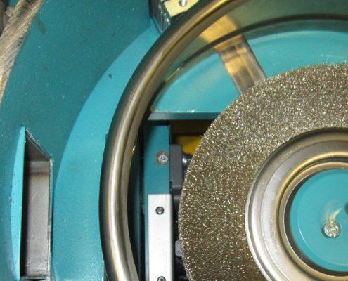 Bürstmaschine für das Entgraten von Grifflöchern an Kopfringen zum manuellen Beschicken (GBM-M-150-205) KEG - Fertigung