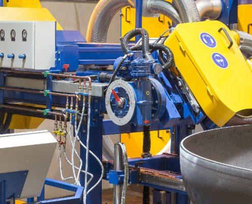 Bandschleifmaschine mit hydraulischem Drehtisch und Bedienstand zum Bearbeiten von Kanten und Fasen an Kesselböden (KFSM-3500) Bödenherstellung Schweißnaht Vorbereitung