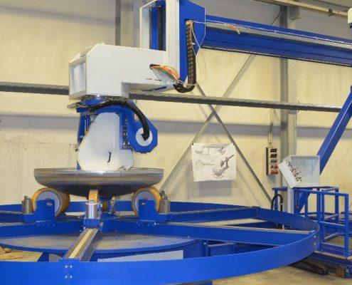 Bandschleifmaschine mit Drehvorrichtung und Bedienstand zum Bearbeiten von Kesselböden und Konen im Automatikbetrieb (BSM-5500) Bödenherstellung Schweißnaht Vorbereitung